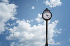 белизна вектора улицы часов предпосылки изолированная иллюстрацией Стоковое Изображение RF