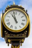 белизна вектора улицы часов предпосылки изолированная иллюстрацией Стоковое Изображение