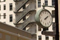 белизна вектора улицы часов предпосылки изолированная иллюстрацией Стоковые Изображения