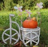 белизна велосипеда с тыквой и цветками Стоковое Изображение