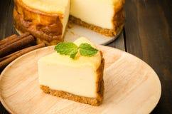 белизна винтовательной доски десерта вишни сыра торта вкусная Стоковые Фото