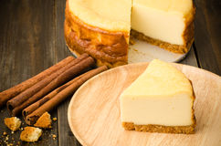 белизна винтовательной доски десерта вишни сыра торта вкусная Стоковое Изображение RF