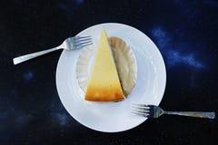белизна винтовательной доски десерта вишни сыра торта вкусная Стоковая Фотография RF