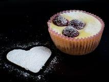 белизна винтовательной доски десерта вишни сыра торта вкусная Стоковые Изображения