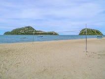 белизна волейбола предпосылки изолированная пляжем Стоковые Изображения RF