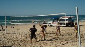 белизна волейбола предпосылки изолированная пляжем Стоковые Фото