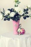 белизна воды вазы роз картины цвета предпосылки Стоковые Изображения