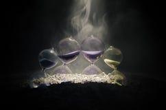 белизна времени предмета предпосылки изолированная принципиальной схемой Силуэт часов и дыма часов на темной предпосылке с горячи Стоковое фото RF