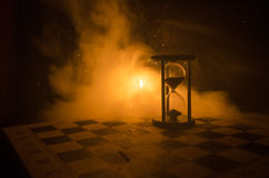 белизна времени предмета предпосылки изолированная принципиальной схемой Силуэт часов и дыма часов на темной предпосылке с горячи Стоковые Фото