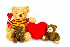 белизна игрушечного медведя предпосылки сердце принципиальной схемы над белизной Валентайн красного цвета розовой Стоковое Фото