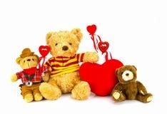 белизна игрушечного медведя предпосылки сердце принципиальной схемы над белизной Валентайн красного цвета розовой Стоковая Фотография