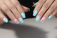 Белизна дизайна искусства ногтя маникюра с синью Стоковые Изображения