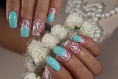 Белизна дизайна искусства ногтя маникюра с синью Стоковая Фотография