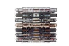 белизна изолированная магнитофонной кассетой старая Пылевоздушная поврежденная магнитофонная кассета, историческая ядровая запись Стоковая Фотография