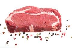 Белизна изолировала сырцовый стейк говядины глаза нервюры Стоковая Фотография