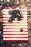 белизна изоляции подарков рождества Праздничные коробки с праздничными украшениями Новый Yea стоковые фото