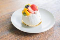 белизна изоляции плодоовощ торта стоковая фотография