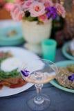 белизна изоляции шампанского стеклянная Стоковая Фотография RF