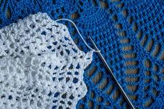 Белизна и голубые вязание крючком и крюк Стоковое фото RF