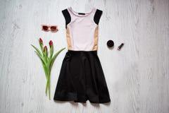 Белизна и чернота одевают, тюльпаны, солнечные очки, губная помада женщина состава способа стороны принципиальной схемы красотки  Стоковые Изображения RF
