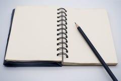 белизна карандаша примечания черной книги открытая бумажная Стоковая Фотография