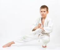 белизна кимоно карате бой мальчика Стоковое Изображение RF