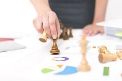 белизна конкуренции изолированная принципиальной схемой Конкуренция и стратегия в деле Бизнес-леди держит шахматную фигуру Стоковая Фотография RF