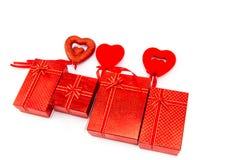 белизна коробки изолированная подарком сердце принципиальной схемы над белизной Валентайн красного цвета розовой Стоковая Фотография