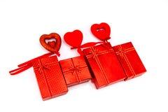 белизна коробки изолированная подарком сердце принципиальной схемы над белизной Валентайн красного цвета розовой Стоковые Фото