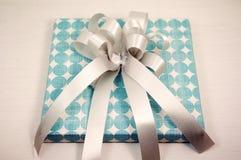 белизна коробки смычка предпосылки изолированная подарком Стоковое Изображение RF