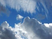 белизна космоса неба голубого экземпляра облаков пушистая стоковые изображения