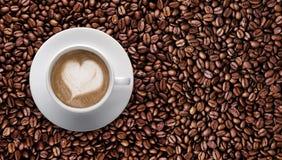 белизна кофейной чашки Полюбите ИСКУССТВО LATTE, форму сердца с космосом текста Стоковая Фотография