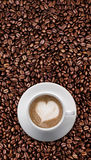 белизна кофейной чашки Полюбите ИСКУССТВО LATTE, форму сердца с космосом текста Стоковые Изображения