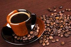 белизна кофейной чашки Темная предпосылка Стоковое фото RF