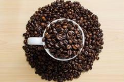 белизна кофейной чашки фасолей коричневая зажаренная в духовке Стоковое фото RF