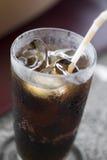 белизна колы предпосылки стеклянным изолированная льдом Стоковая Фотография