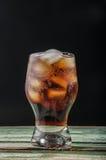 белизна колы предпосылки стеклянным изолированная льдом Стоковые Изображения RF