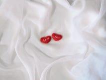 белизна красного цвета 2 сердец предпосылки Стоковое Изображение RF
