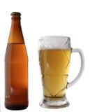 белизна кружки бутылки пива предпосылки Стоковые Фото