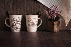 Белизна, кружки кофе Брайна керамические на деревянной предпосылке Стоковое фото RF