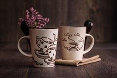 Белизна, кружки кофе Брайна керамические на деревянной предпосылке Стоковые Изображения RF