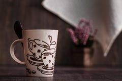 Белизна, кружки кофе Брайна керамические на деревянной предпосылке Стоковое Изображение