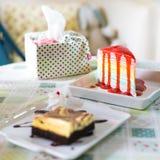 белизна клубники торта предпосылки служят плитой, котор Стоковое Изображение
