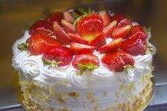 белизна клубники торта предпосылки служят плитой, котор Стоковые Фотографии RF