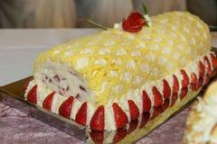 белизна клубники торта предпосылки служят плитой, котор Стоковая Фотография RF