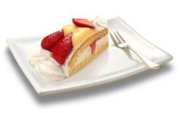 белизна клубники торта предпосылки служят плитой, котор Стоковая Фотография