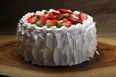 белизна клубники торта предпосылки служят плитой, котор Стоковые Фото