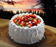 белизна клубники торта предпосылки служят плитой, котор Стоковое Изображение RF