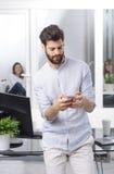 белизна мобильного телефона бизнесмена предпосылки Стоковые Фото
