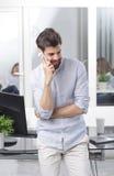 белизна мобильного телефона бизнесмена предпосылки Стоковые Изображения